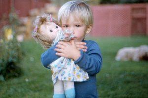 Khi con trai thích chơi búp bê và 4 nguy cơ tiềm ẩn bố mẹ không nên bỏ qua