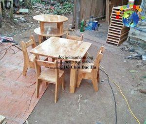 Bàn mầm non hình vuông gỗ tự nhiên